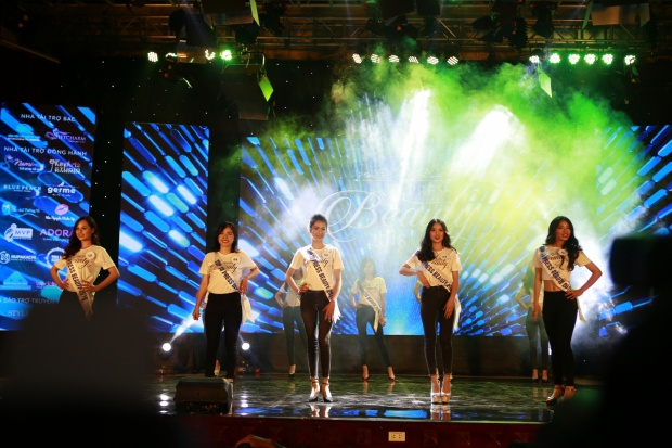 Các thí sinh trong trang phục áo thun năng động.