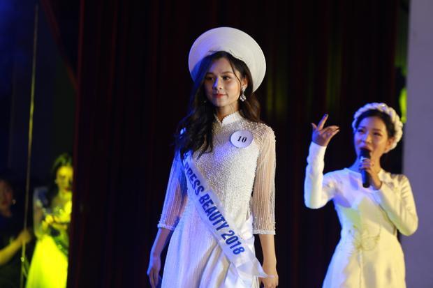 Nguyễn Thu Trang duyên dáng trong tà áo dài.