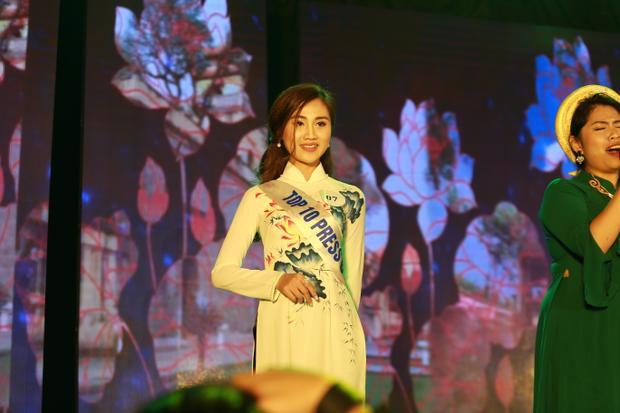 Phần trình diễn áo dài của thí sinh Hoàng Thị Tố Uyên.