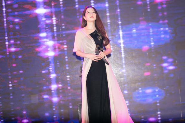Hậu lùm xùm tình cảm, Nam Em tươi tắn mặc Hanbok lên sân khấu trình diễn