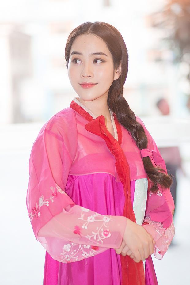 Bộ hanbok màu hồng cánh sen vốn đơn giản, không quá cầu kỳ nhưng được Nam Em lựa chọn khi tham gia sự kiện để thể hiện tinh thần hiếu khách.