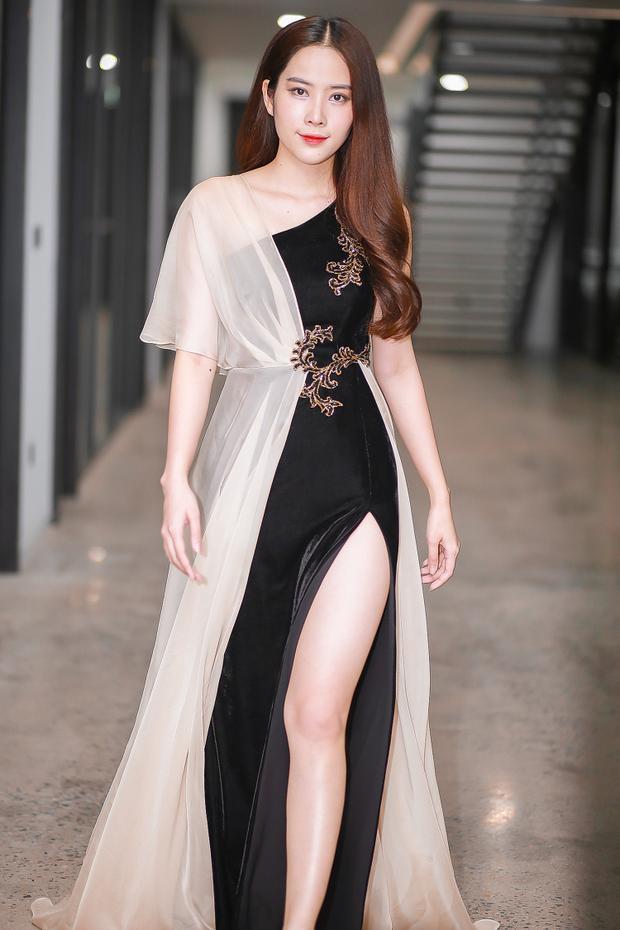 Top 8 Miss Earth 2016 sau đó cũng thay bộ trang phục gợi cảm với thiết kế xẻ cao khoe chân thon.