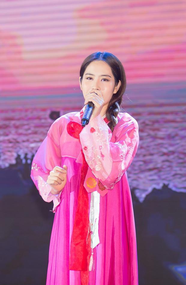 Không chỉ góp mặt với vai trò khách mời, Nam Em còn trình diễn trên sân khấu bản nhạc bolero Trả lại thời gian.Cô dường như đã lấy lại sự vui vẻ và tinh thần thoải mái hậu lùm xùm tình cảm với Trường Giang mới đây.