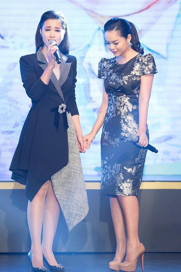 Cả hai xúc động hát cùng nhau trong đêm nhạc tưởng nhớ ca sĩ Wanbi Tuấn Anh.