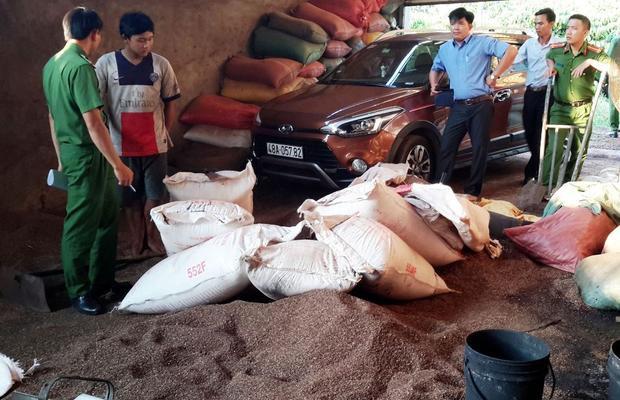 Lực lượng chức năng bắt quả tang hàng chục bao cà phê bẩn tại cơ sở của bà Loan