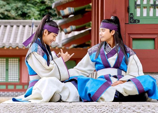V (BTS) và Park Seo Joon.