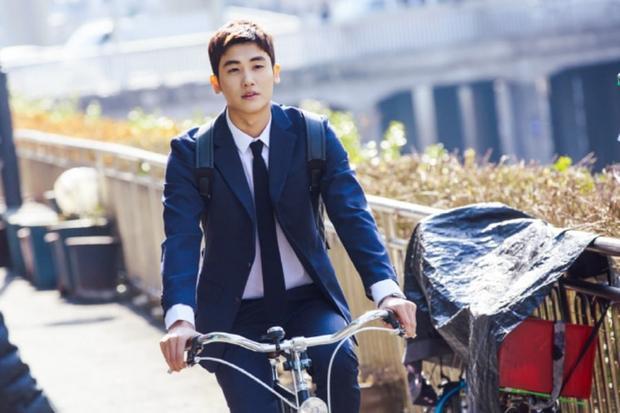 Giọng ca của ZE:A đeo ba lô và đi xe đạp.