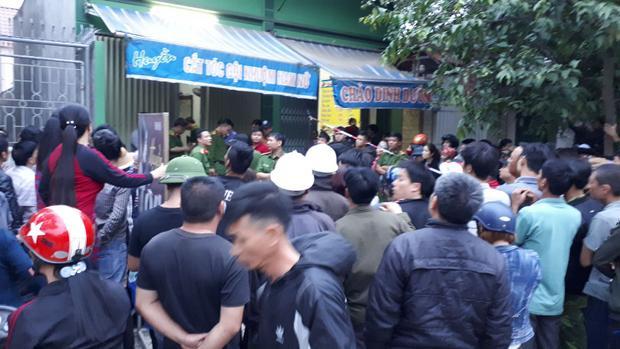 Rất đông người dân có mặt theo dõi lực lượng chức năng khám nghiệm hiện trường.