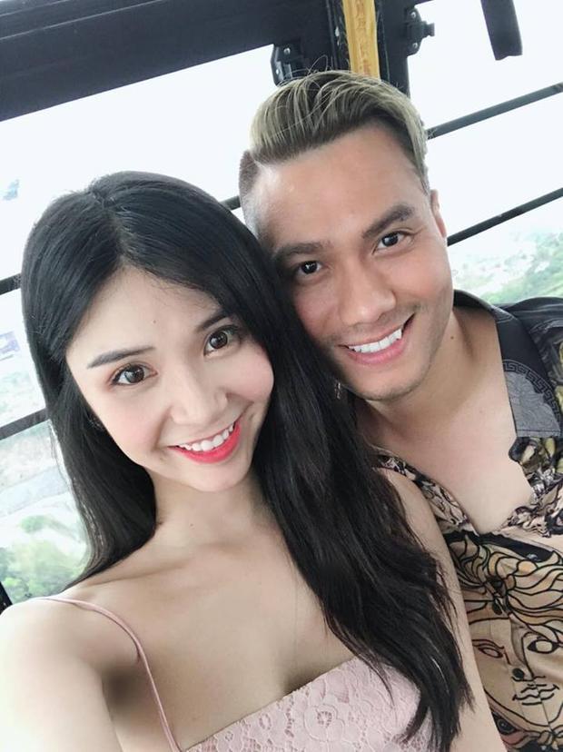 """Xuất hiện bên cạnh cô nàng là """"bạn trai"""" Việt Anh trong vai Phan Hải thời trẻ với mái tóc vàng ăn chơi."""