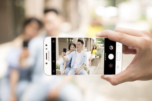"""""""Diễn sâu"""" cảnh tình tay ba trắc trở không quá khó. Camera kép trên Galaxy J7+ sẽ tạo hiệu ứng tách biệt kẻ thứ ba với đôi uyên ương bằng cách làm mờ phông nền. Bạn có thể chụp trước - lấy nét sau bằng cách mở sẵn tính năng xóa phông chủ động Live Focus, lưu lại ảnh rồi điều chỉnh lại độ mờ ảo của khung nền để có bức ảnh kỷ niệm """"deep"""" nhất."""