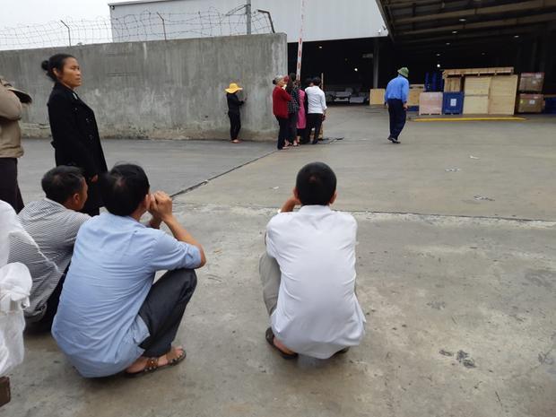 Ông Phương cùng nhiều người thân chờ đón thi hài con gái về nước.