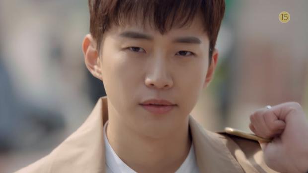 """Trong khi, Jun Ho """"vác"""" một cái chảo cỡ lớn và cần một cái muôi (môi múc canh) đi từ xa đến với vẻ mặt lạnh lùng."""