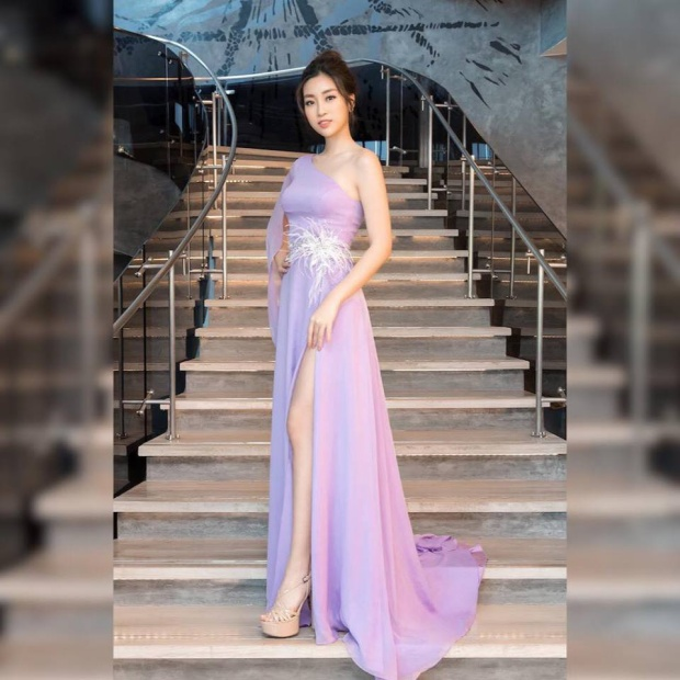 Hoa hậu Đỗ Mỹ Linh trong chiếc váy màu tím nhẹ nhàng kín đáo, song vẫn tạo được khoảng hở cần thiết, giúp người đẹp họ Đỗ khoe chân dài miên man trong sự kiện ra mắt trung tâm đào tạo Hoa hậu tại Việt Nam.