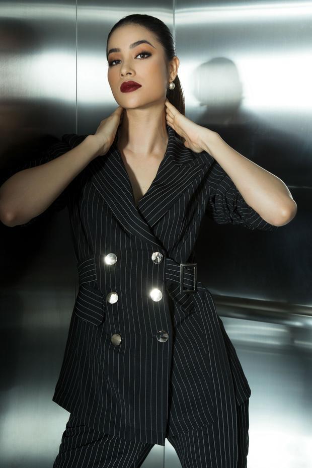 Rũ bỏ hình tượng ngọt ngào của một nàng hậu, Phạm Hương mạnh mẽ khi chưng diện mẫu vest hai hàng nút khi tạo dáng chụp ảnh trong thang máy.