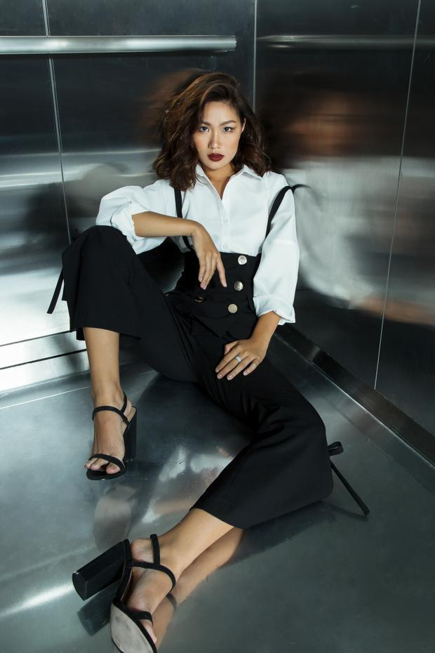 Và Trisha Đỗ cũng nhanh nhạy bắt nhịp phong cách menswear và kiểu tạo dáng trong thang máy, liệu rằng sắp tới, đây có phải là một xu hướng sẽ gây bão trong làng thời trang?