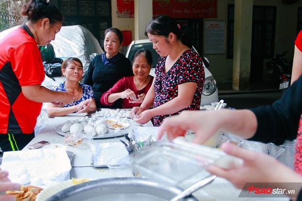 Các bà nội trợ nhào nặn viên bánh trôi.