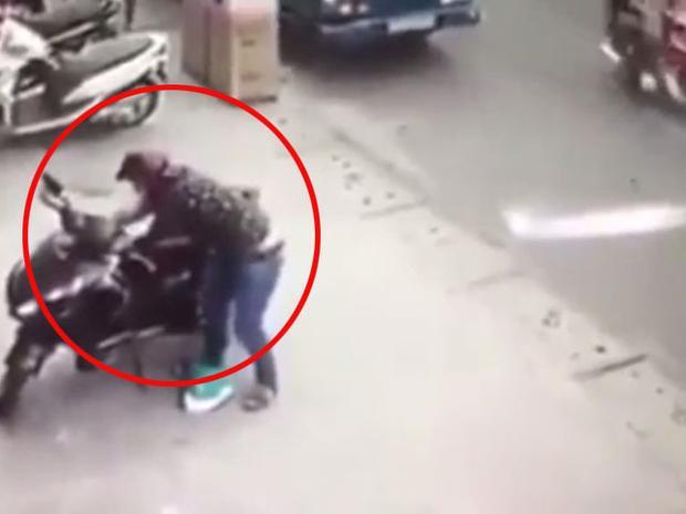 Chiếc xe máy nhanh chóng được tên trộm phóng đi trước sự bất lực của cô gái. Ảnh cắt từ clip.
