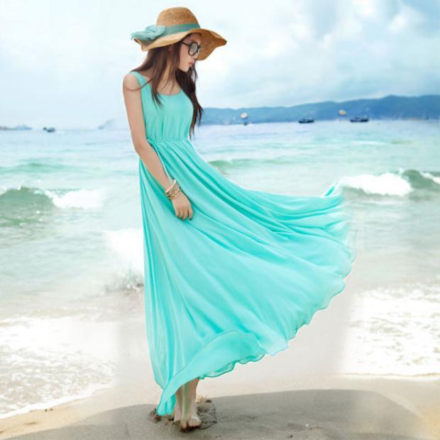 """Chiếc đầm đơn sắc này không bao giờ khiến người mặc e dè trước """"chiều cao khiêm tốn"""" của mình."""