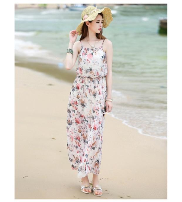 Đầm maxi luôn là trang phục không thể thiếu của chị em phụ nữ khi đi biển.