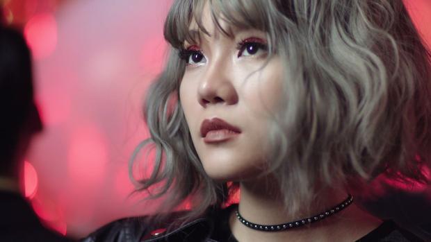 """Không còn là nàng """"bánh bèo"""" nhẹ nhàng như hình tượng tại Sing My Song, Khả Linh """"lột xác"""" bất ngờ với sản phẩm debut như một tuyên ngôn nữ quyền đầy đanh thép."""