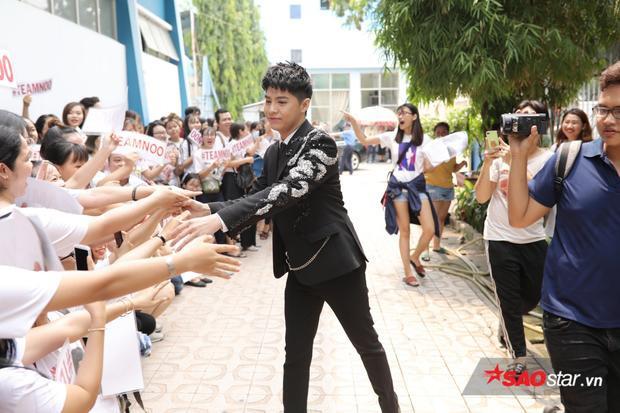 """Noo Phước Thịnh nhanh chóng """"chiếm spotlight"""" khi vừa mới xuống xe, được vây quanh bởi đông đảo khán giả hâm mộ."""