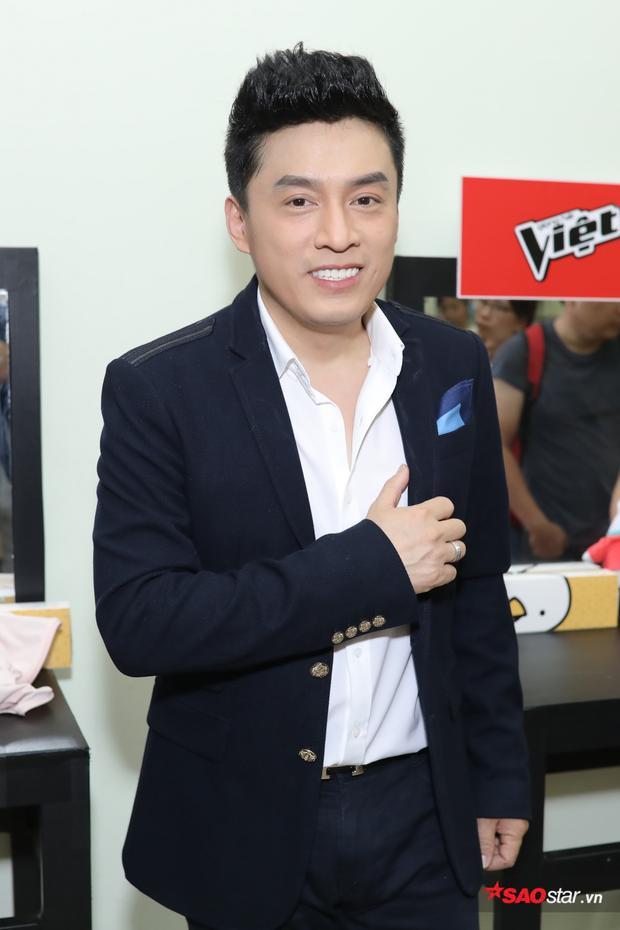 """""""Anh Hai"""" Lam Trường lịch lãm xuất hiện trong hậu trường The Voice 2018."""