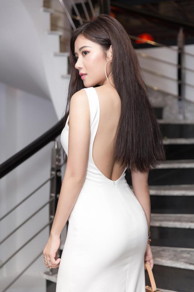 Không hề thua kém Trà Ngọc Hằng, cô bạn Milan Phạm hút mắt trong chiếc váy xẻ tà cuốn hút.