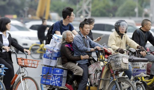 Người dân tại Tứ Xuyên dường như khá quen thuộc với hình ảnh mẹ con ông Cai. Ảnh: QQ