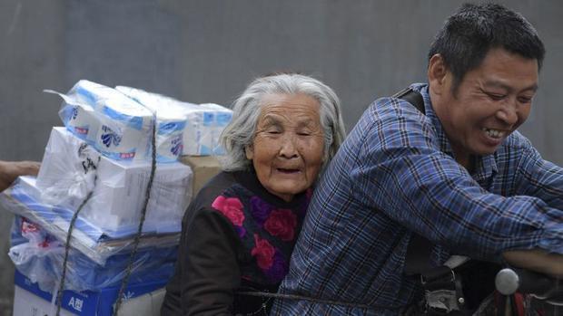 Ông Cai nở nụ cười hạnh phúc khi có mẹ đồng hành. Ảnh: QQ