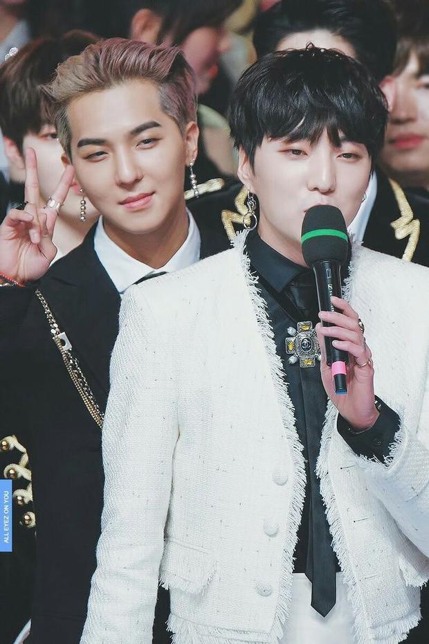Ban đầu, Mino (trái) được định sẵn sẽ là trưởng nhóm nhưng lại không may gặp phải chấn thương mắt cá chân cận ngày debut nên danh hiệu này đã được nhượng lại cho Seungyoon (phải).