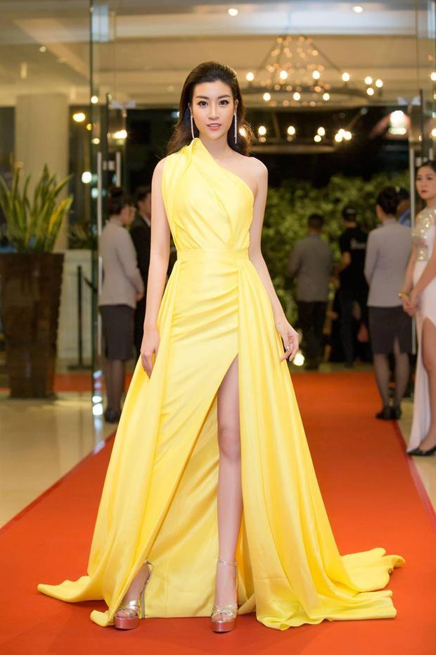 Đây là bộ váy được NTK Lê Thanh Hòa thiết kế riêng cho cô.