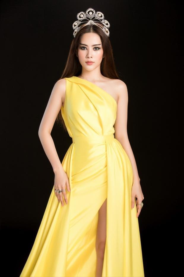 Trong thiết kế màu vàng chanh rực rỡ, người đẹp quê Tiền Giang khoe nhan sắc tươi trẻ cùng phong thái quyền lực.