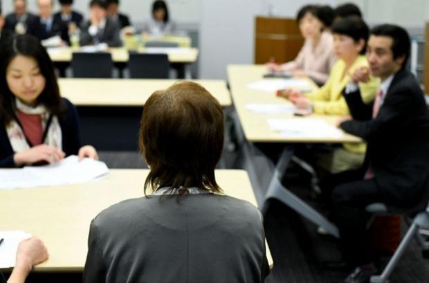 BàJunko Iizuka đối diện với các nhà lập pháp Nhật Bản trong một cuộc họp ở Tokyo. Ảnh: AFP