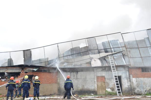Cháy công ty may mặc, thiêu rụi 80m2 kho chứa nguyên phụ liệu ở Sài Gòn