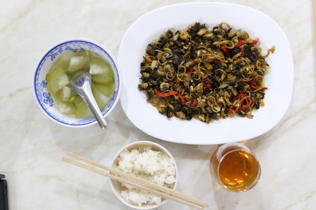 Một bữa ăn đơn giản nhưng không kém phần hấp dẫn với món ốc xào xả ớt.