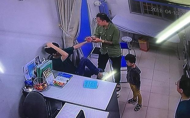 Hình ảnh bác sĩ Chiến bị bố bệnh nhân hành hung.