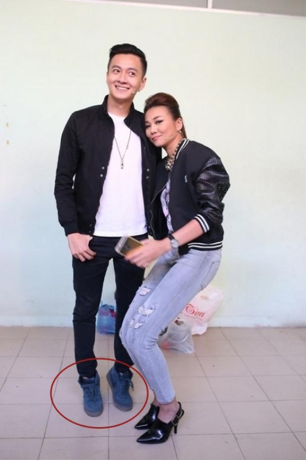 Đứng cạnh siêu mẫu có đôi chân dài 1m12 như Thanh Hằng, Ngô Kiến Huy không thể không kiễng chân…