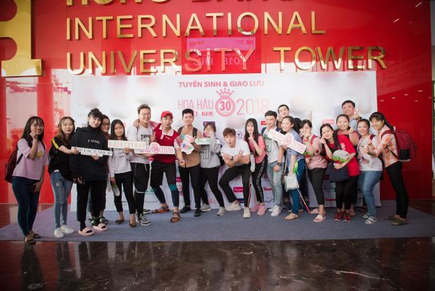 Jun Phạm hào hứng chụp ảnh cùng các bạn sinh viên.