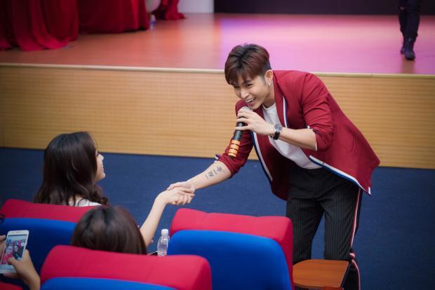 Jun Phạm bất ngờ xuống nắm tay Hoa hậu Đỗ Mỹ Linh.