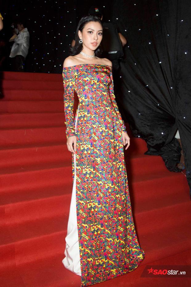 Tú Hảo khoe dáng với một thiết kế áo dài trên nền chất liệu vải tweet.