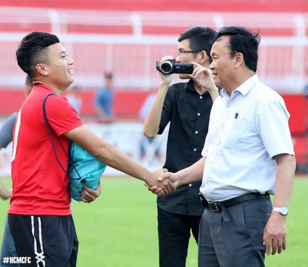 Chủ tịch CLB SLNA - ông Nguyễn Hồng Thanh là thành viên HĐQT VPF nhưng không biết gì về phó Tổng giám đốc - Trần Hoàng Việt.