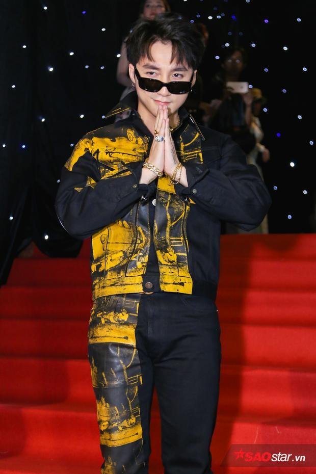 """Sơn Tùng diện trang phục cực """"ngầu"""" khi tham gia sự kiện."""