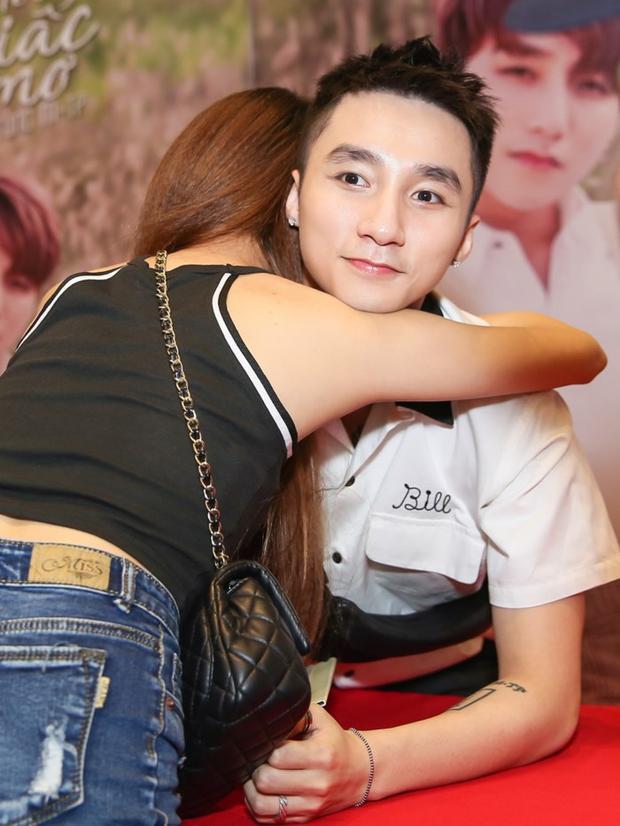 Và đương nhiên, với một người như Sơn Tùng thì làm sao thiếu được những cái ôm bất ngờ của fan nữ dành tặng cho anh.