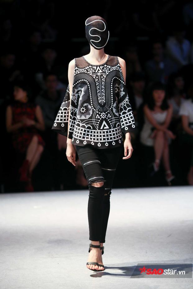 Bên cạnh những chiếc đầm cầu kì còn có thiết kế tối giản như thế này. Áo họa tiết cùng quần jean rách là sự kết hợp khá thú vị.