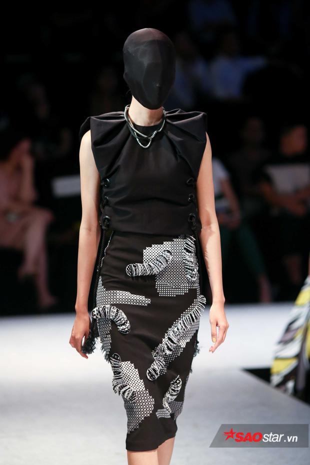 Nếu không có tấm vải đen trùm đầu thì chắc chắn trang phục này là sự lựa chọn khá phù hợp cho những cô nàng công sở.
