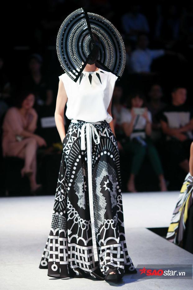 """Ngoài ra, một số người mẫu còn trình diễn trang phục với những """"điểm nhấn"""" cực cầu kì được trang trí che khắp gương mặt một lần nữa."""