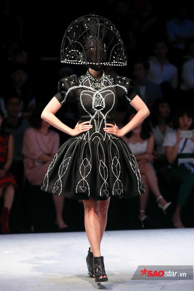 Phụ kiện với hình vòng cung được trang trí cho cả bộ trang phục màu đen.