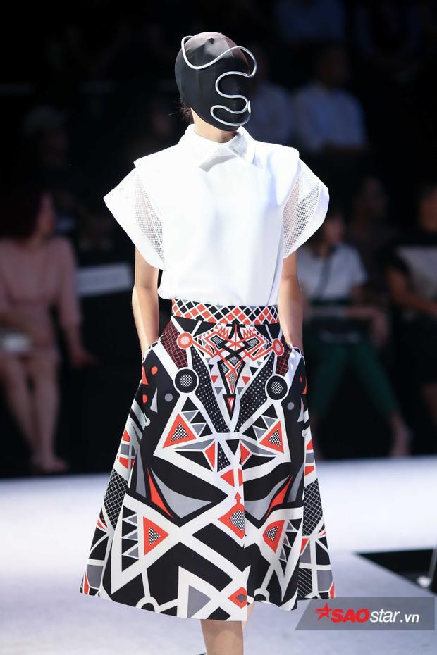 Ngoài những bộ trang phục với 2 màu đen - trắng, còn có các bộ cánh nhiều màu sắc.