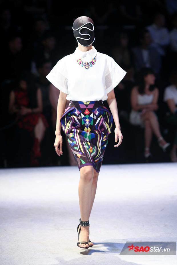 Những chiếc áo trắng được kết hợp với chân váy họa tiết hình học mang màu sắc rực rỡ.