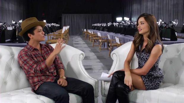 """Anh chàng Bruno giống như một người """"tí hon"""" khi ngồi cạnh chân dài nước Úc."""